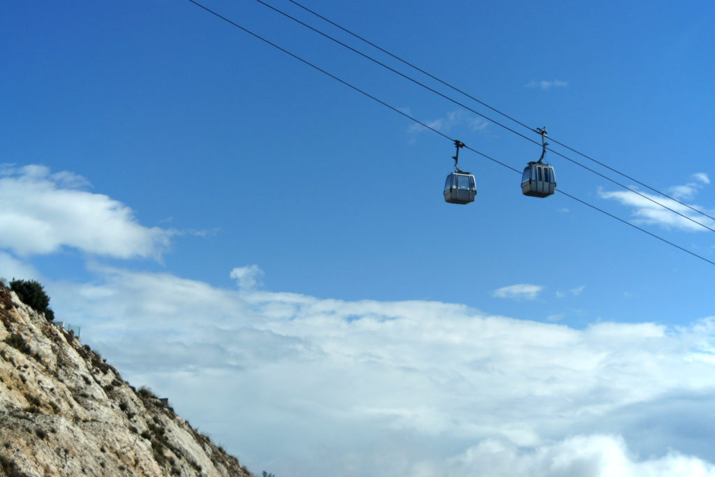 Dwie gondole kolei linowej